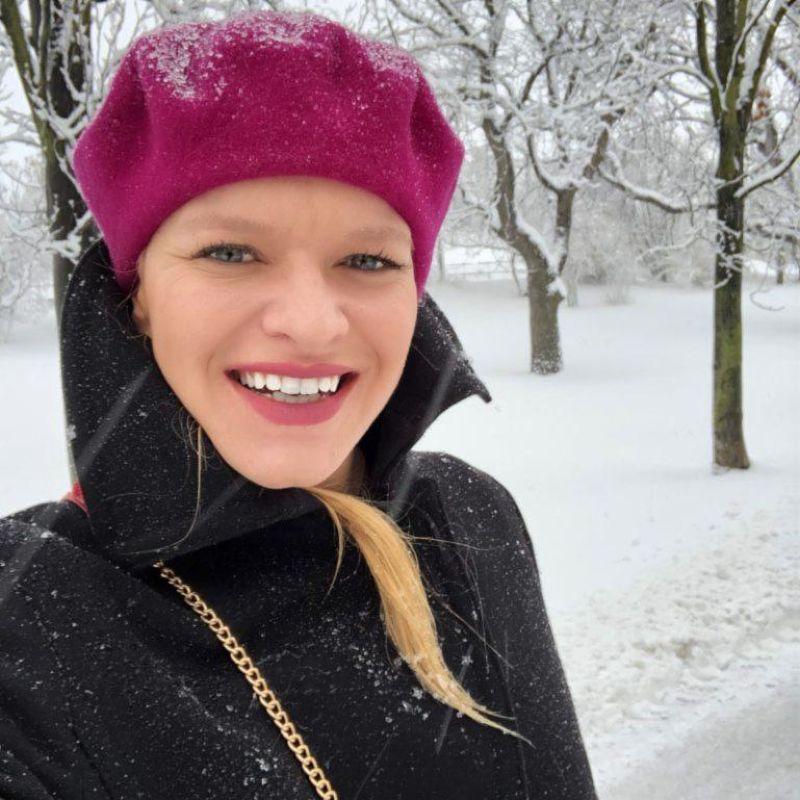 Dívka v zimní krajině