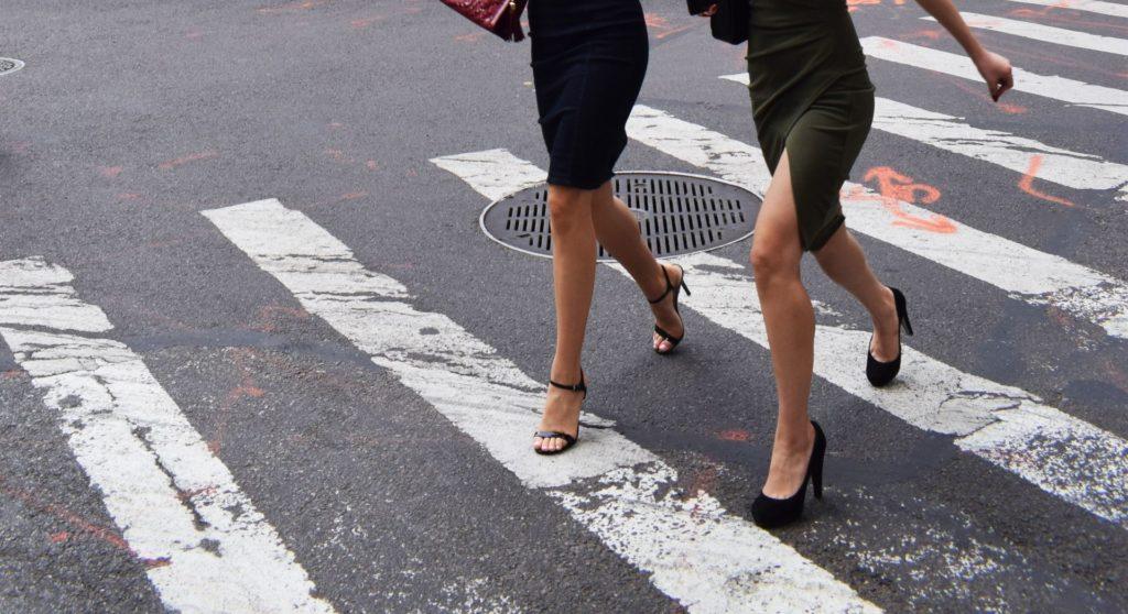 Ženy na přechodu pro chodce