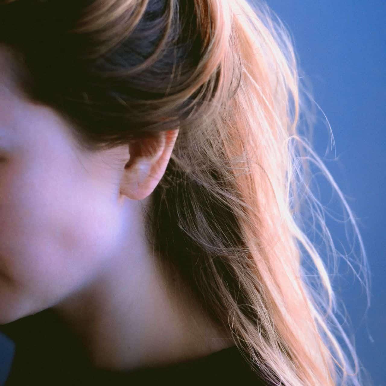 Obarvené vlasy zeny na blond.